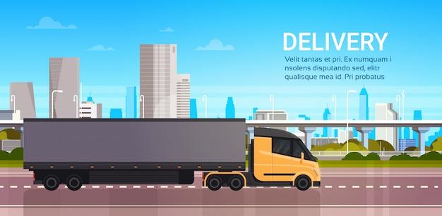 Reboque do caminhão na estrada sobre a entrega moderna da cidade e o conceito rápido do transporte da logística