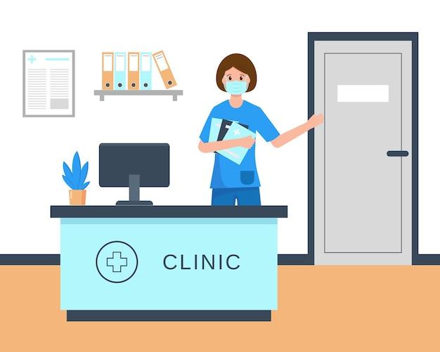 Recepcionista de jovem mulher com máscara médica, sentada na recepção da clínica.