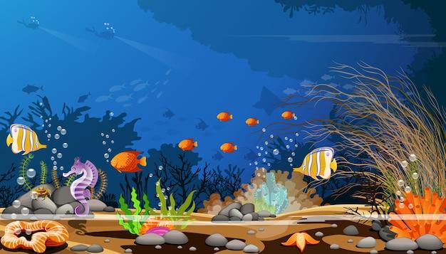 Recifes de corais coloridos com peixes e sombras das árvores no assoalho de mar azul.