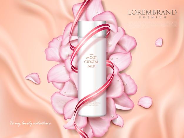 Recipiente para cuidados com a pele com fita e pétalas de rosa