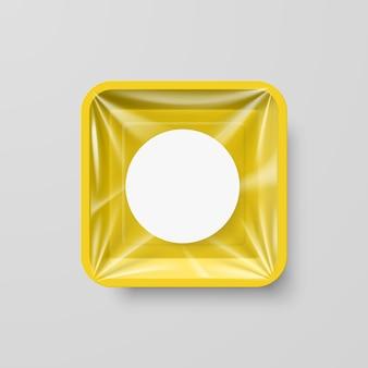 Recipiente quadrado de plástico amarelo vazio com etiqueta redonda