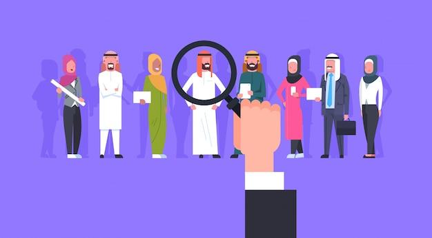 Recrutamento mão zoom lupa picking pessoa de negócios candidato do grupo de pessoas árabes