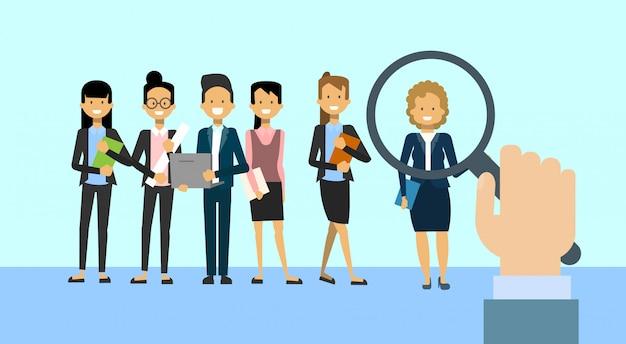 Recrutar a lupa da posse da mão que escolhe a mulher de negócio para a posição de trabalho da vacância recursos humanos e conceito do recrutamento