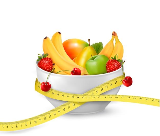 Refeição dietética de frutas isolada no branco