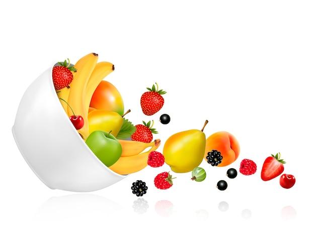 Refeição dietética. frutas em uma tigela com fita métrica. conceito de dieta.