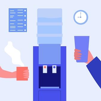Refrigerador de água do escritório. mãos de funcionários segurando um copo d'água e uma xícara de café quente f
