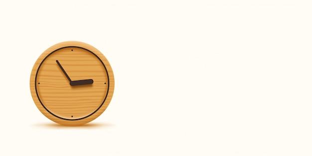 Relógio de madeira no fundo branco largo