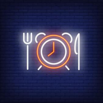 Relógio despertador com sinal de néon de garfo e faca