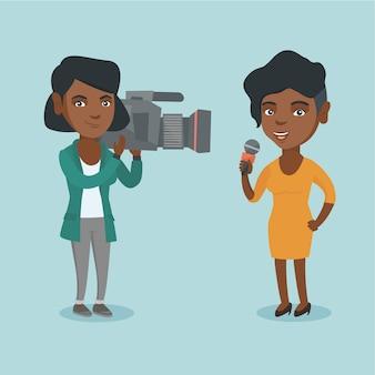 Repórter com um microfone apresentando as notícias.