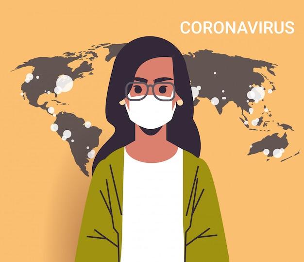 Repórter de tv mulher com máscara facial mostrando o surto de mapa-múndi de países com epidemia de infecção por propagação pandêmica de coronavírus mers-cov com retrato de covid-19
