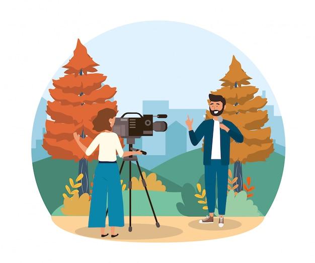 Repórter homem, com, microfone, e, câmera, mulher, com, equipamento filmadora