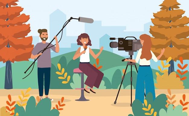 Repórter mulher, com, câmera, mulher, e, câmera, homem, com, filmadora, e, microfone