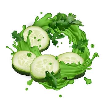 Respingo de suco verde com fatias de pepino e folhas de aipo