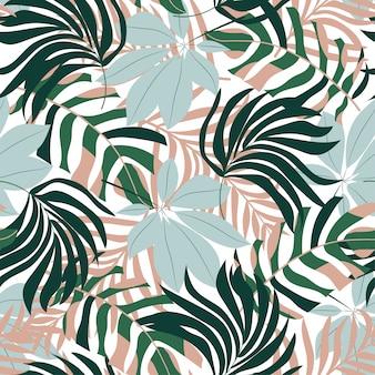 Resumo padrão sem emenda com folhas tropicais coloridas e plantas sobre um fundo claro