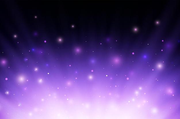 Resumo roxo brilhante queimando raios de luz de fogo com esparsas e partículas sobre fundo preto.