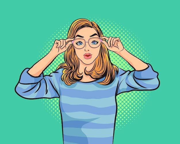 Retrato da beleza de uma jovem mulher segurando óculos e olhando