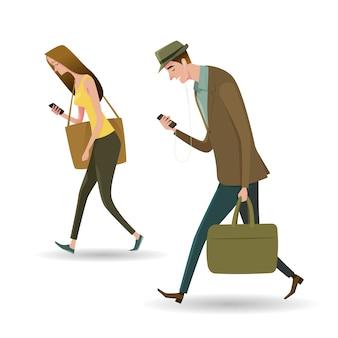 Retrato de corpo inteiro de pessoas andando e mensagens de texto ou falando no telefone inteligente.