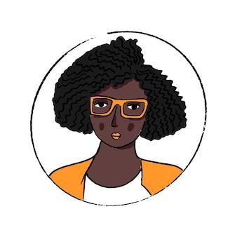 Retrato de mulher afro-americana. linda jovem negra de óculos e jaqueta laranja. penteado encaracolado. avatar de vetor de doodle desenhado de mão.