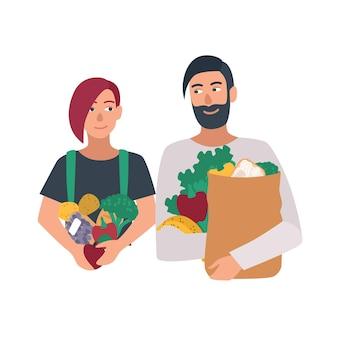 Retrato de um par de homem e mulher freegan segurando frutas, legumes e outros produtos. jovem casal carregando sobras de comida. personagens de desenhos animados isolados no fundo branco. ilustração vetorial.