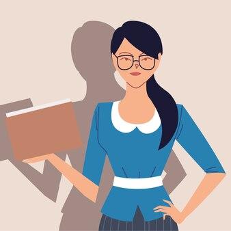 Retrato de uma bela mulher de negócios, sorridente mulher de negócios com papéis nas mãos