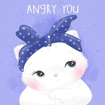 Retrato pequeno bonito do gatinho com expressão zangada