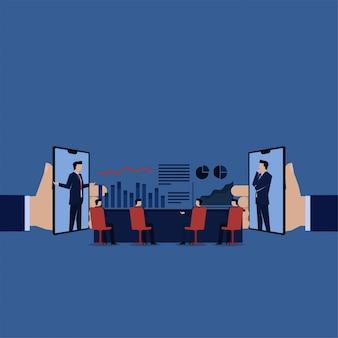 Reunião de negócios em linha com lucro dos dados da discussão do telefone e do portátil.