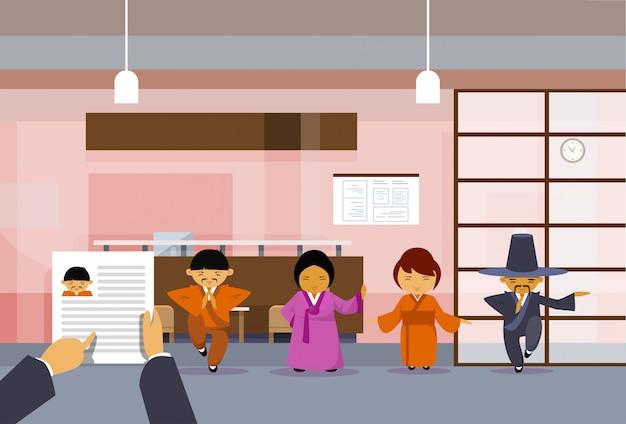 Rh mão segure currículo cv do empresário sobre o grupo de empresários asiáticos