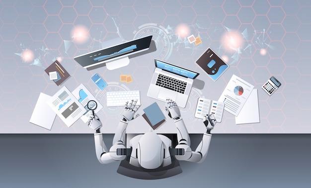 Robô com muitas mãos usando dispositivos digitais no local de trabalho