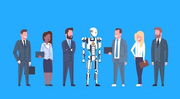 Robô moderno, comunicando-se com o grupo de pessoas de negócios futurista artificial, o mecanismo de inteligência t