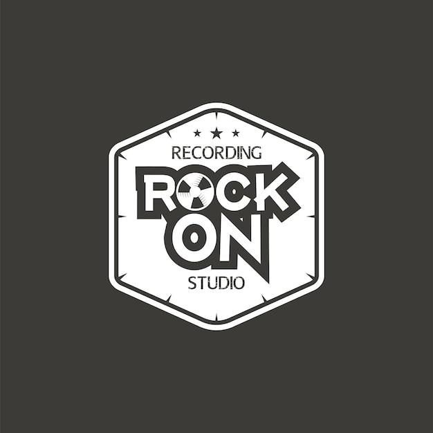 Rock on. rótulo de vetor de estúdio de gravação, distintivo, logotipo do emblema com instrumento musical. ilustração em vetor de estoque isolada em fundo escuro.