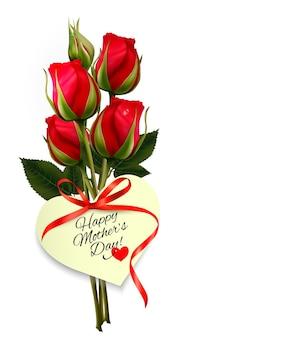Rosas vermelhas com um coração em forma de nota de feliz dia das mães e fita vermelha.
