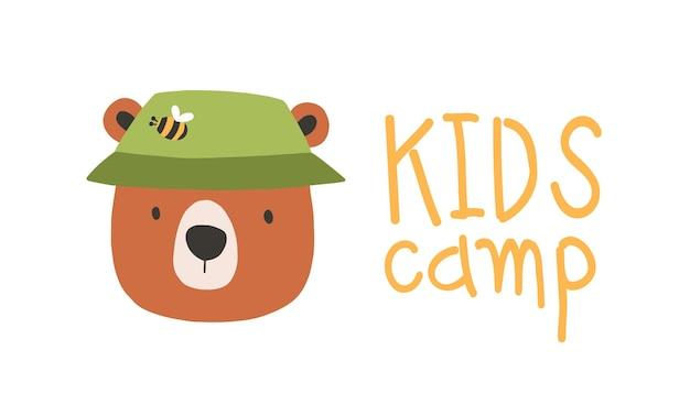 Rosto ou cabeça de urso adorável bonito usando chapéu de balde. focinho de engraçado animal isolado no fundo branco. ilustração vetorial no estilo cartoon plana para impressão de t-shirt infantil, logotipo para acampamento de crianças.