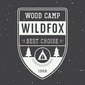 Rótulo de acampamento vintage com árvores e estrelas