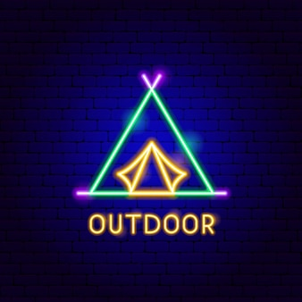 Rótulo de néon ao ar livre. ilustração em vetor de promoção de barraca de acampamento.