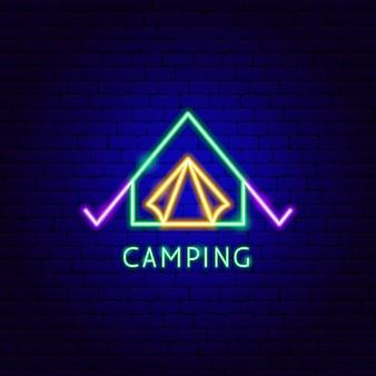 Rótulo de néon de acampamento. ilustração em vetor de promoção de barraca ao ar livre.