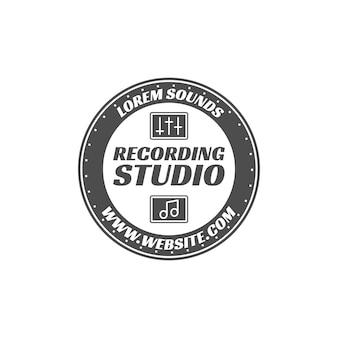 Rótulo de vetor de estúdio de gravação, distintivo, logotipo do emblema com instrumento musical. ilustração em vetor de estoque isolada no fundo branco. design monocromático.