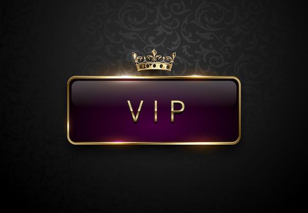 Rótulo roxo real vip com moldura dourada e coroa em fundo preto floral. modelo premium escuro. ilustração vetorial.