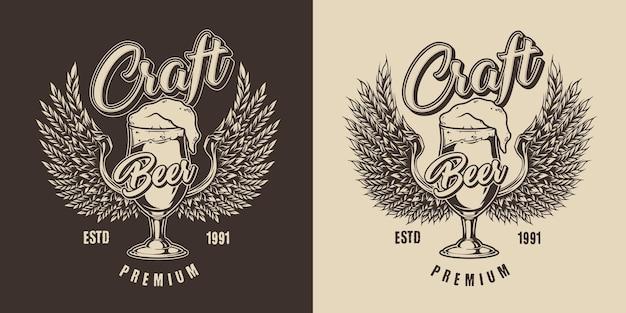 Rótulo vintage fabricando cerveja com inscrições em um copo cheio de cerveja espumosa fresca e orelhas de cevada em formato de asas de águia no escuro e no claro