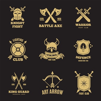 Rótulos de espada e escudo de guerreiro dourado vintage. emblemas de vetor de cavaleiro, logotipos do brasão de armas de heráldica