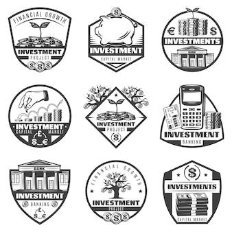 Rótulos de investimento de dinheiro monocromático vintage com notas de dólar, calculadora, árvore financeira, cofrinho, moedas de construção isoladas