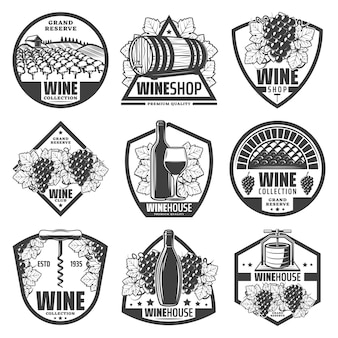 Rótulos de vinhos monocromáticos vintage com garrafas de taça de vinho, barris de madeira de cachos de uva em saca-rolhas, vinhedo isolado