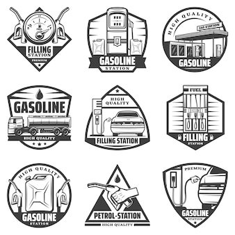 Rótulos monocromáticos vintage de posto de gasolina com bicos de bomba do medidor de combustível e caminhão de recarga de carro transportando gasolina isolada