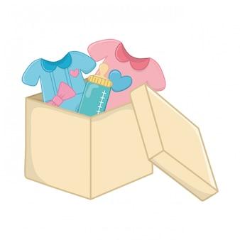 Roupas de bebê com mamadeira em uma caixa