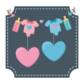 Roupas de bebê e ilustração vetorial de corações