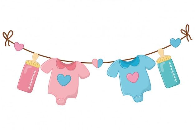 Roupas de bebê e mamadeira