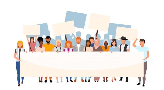 Rua desigualdade racial protesto ilustração plana. movimento social, manifestação contra o racismo. ativistas multiculturais segurando cartazes em branco, personagens de desenhos animados. evento de proteção dos direitos humanos