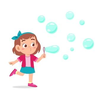 Sabão bonito da bolha do sopro da menina feliz da criança