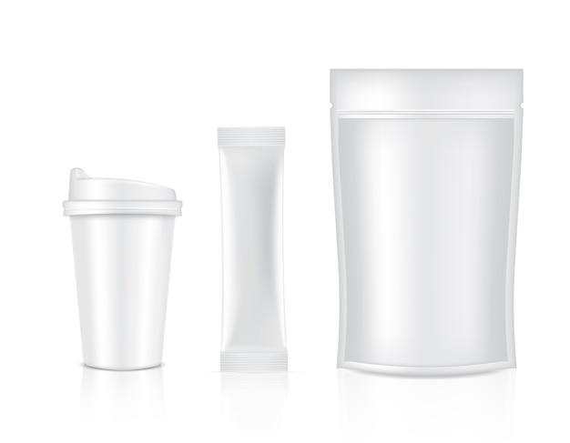 Sachê brilhante e copo isolado no fundo branco. ilustração. conceito de embalagem de alimentos e bebidas.