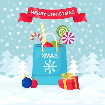 Saco de compras com doces, pirulitos, bolas de natal, caixas de presente. natal, liquidação de ano novo