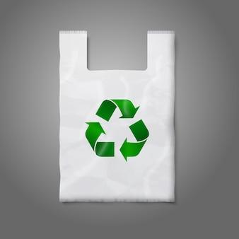 Saco de plástico branco em branco com placa de reciclagem verde, cinza para você e sua marca.
